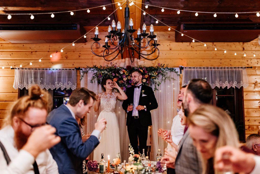 Toast za moda parę podczas wesela w Karczmie Swojak