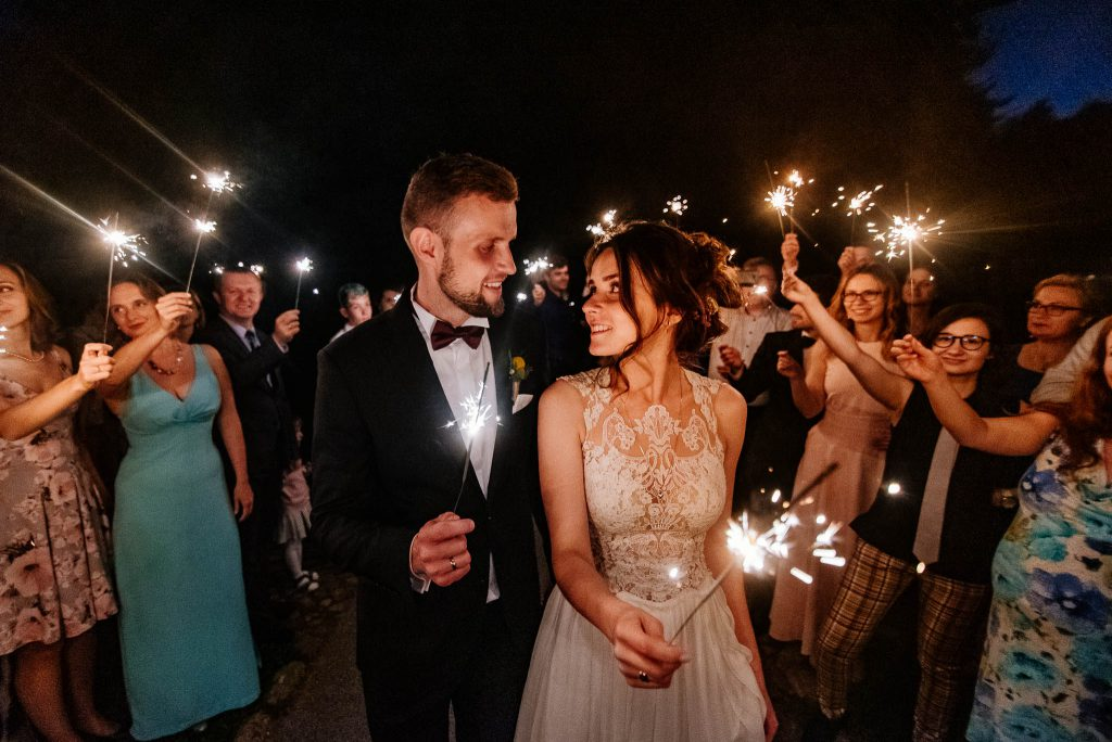 Para młoda z fajerwerkami