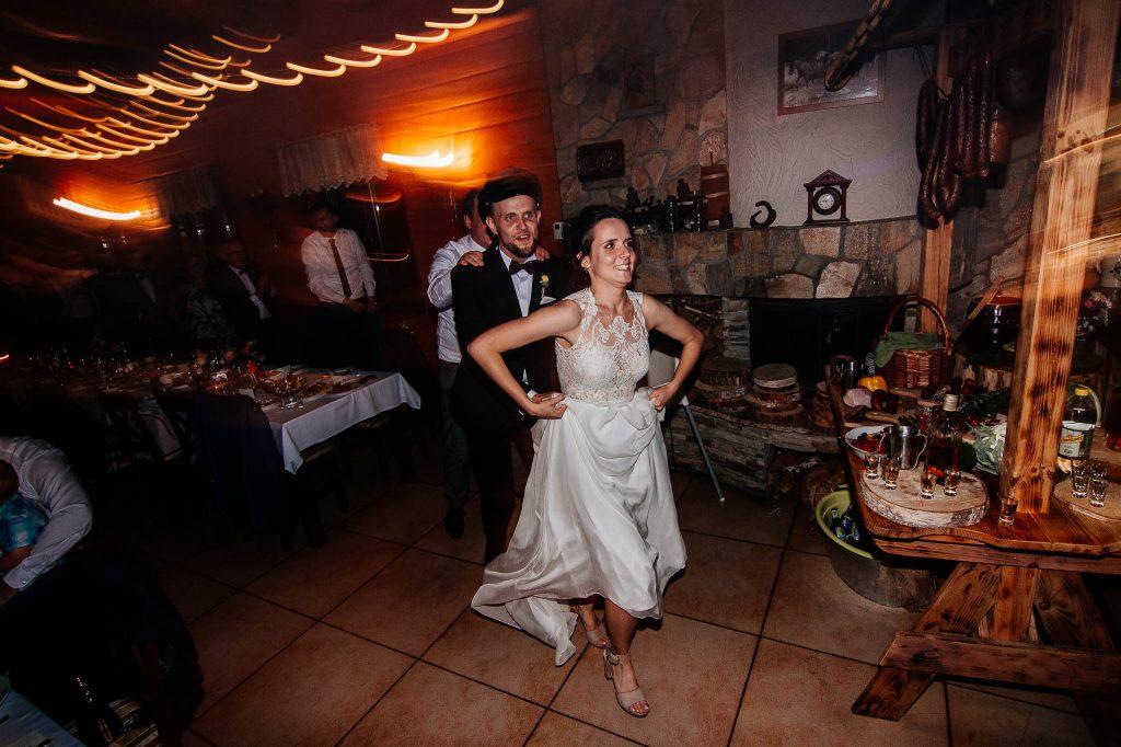 Para młoda prowadzi pociąg z daleka na zabawie weselnej