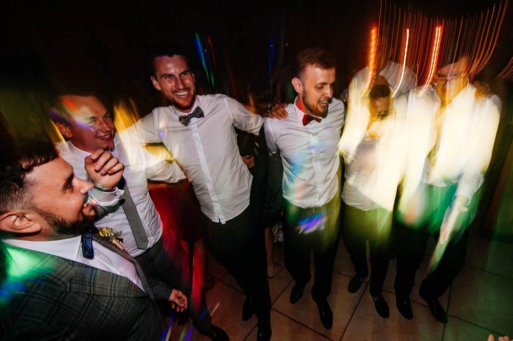 Pan młody tańczy kankana na weselu