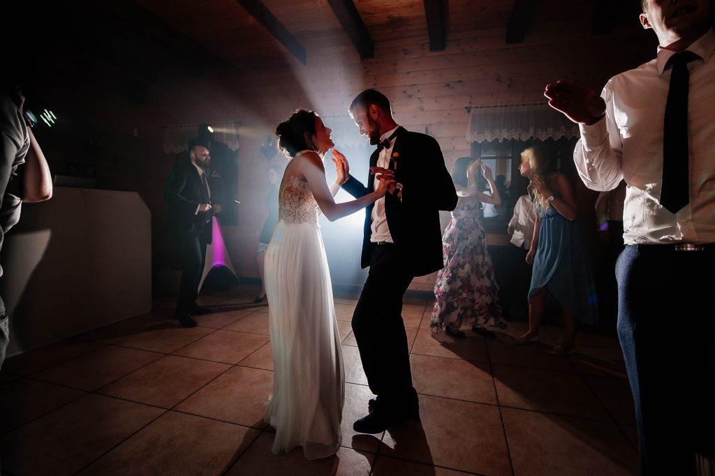 Nowożeńcy na parkiecie na weselu w karczmie Swojak