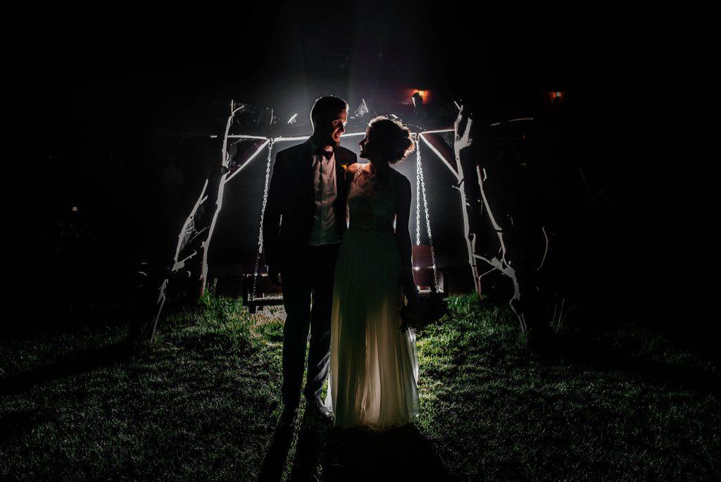 Nocne zdjęcia ślubne, z tyłu Karczma Swojak