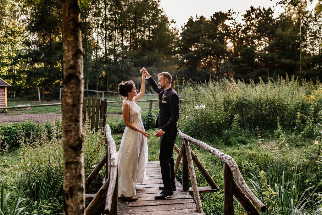 Młodzi tańczą na drewnianym mostku za Karczma Swojak w Gdańsku
