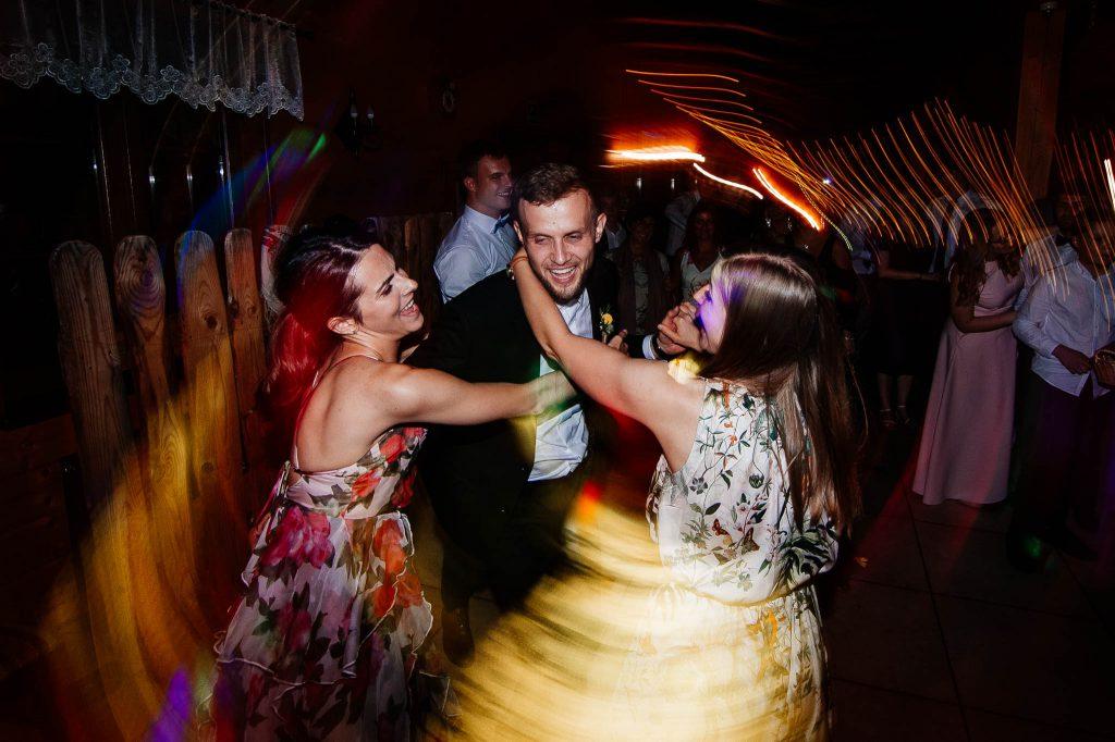 Pan młody proszony do tańca na weselu