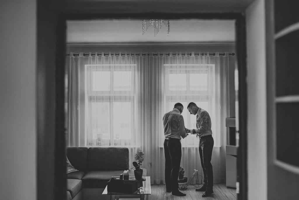 Przygotowania ślubne w domu u Pana Młodego