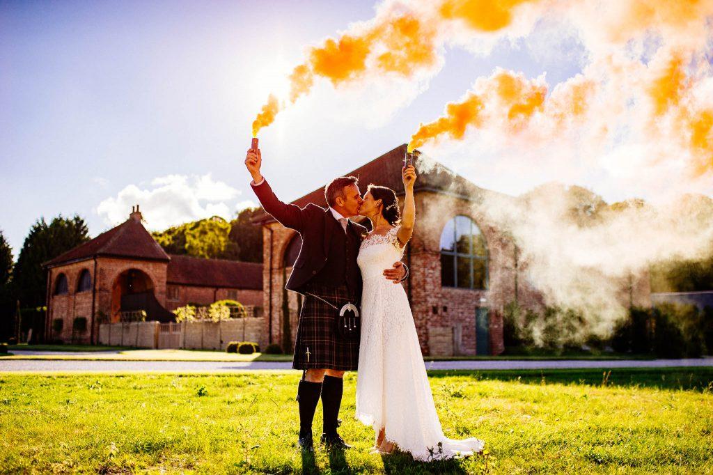 Para młoda po rystykalnym ślubie w stodole
