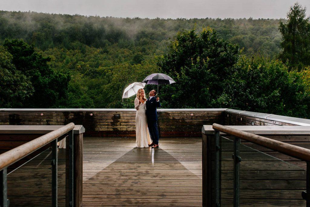 Kreatywna sesja ślubna w deszczu