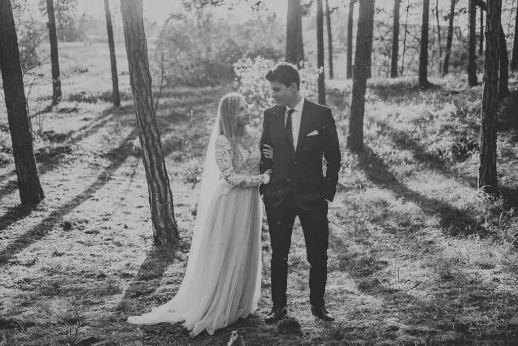 Zdjęcie ze ślubnej sesji plenerowej w lesie