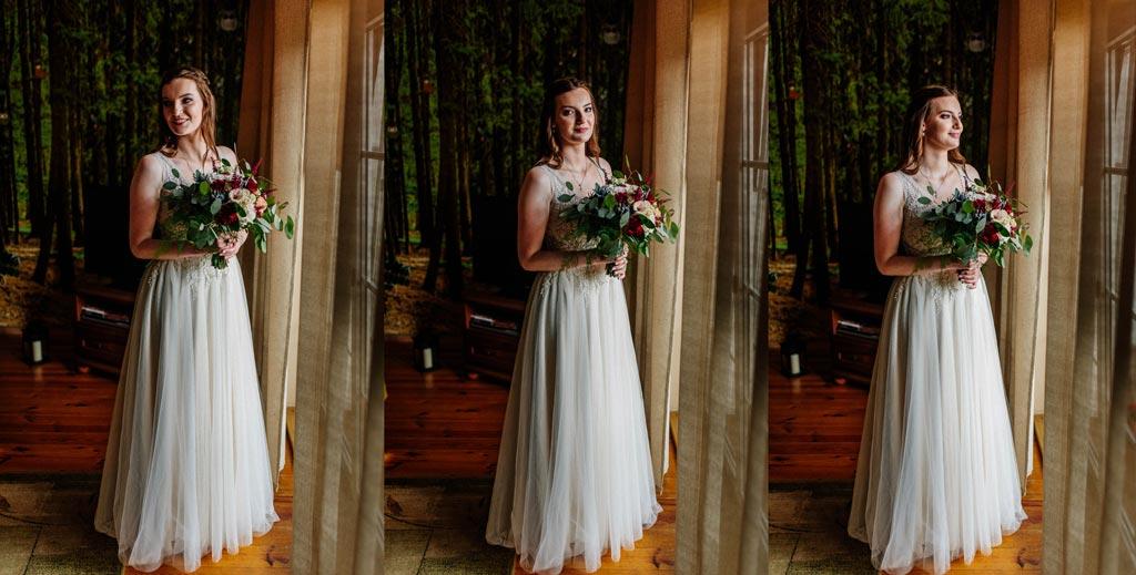 Panna młoda pozuje z bukietem kwiatów ślubnych