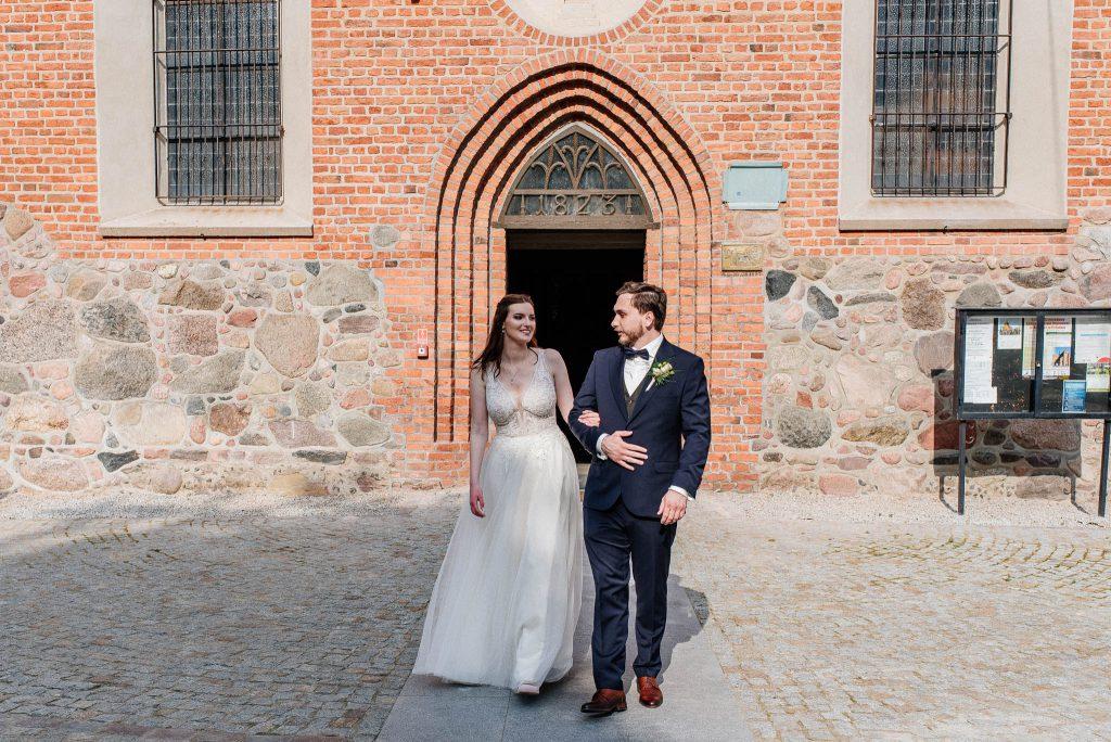 Para Młoda tuż po wyjściu z kościoła w Lubiszewie Tczewskim