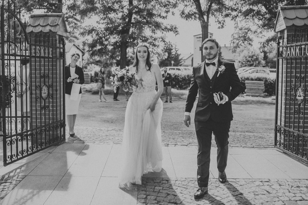 Para młoda idąca do kościoła na ceremonię ślubną