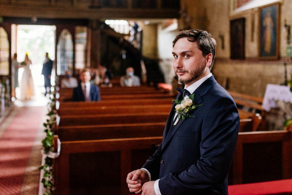 Pan Młody czeka przy ołtarzu