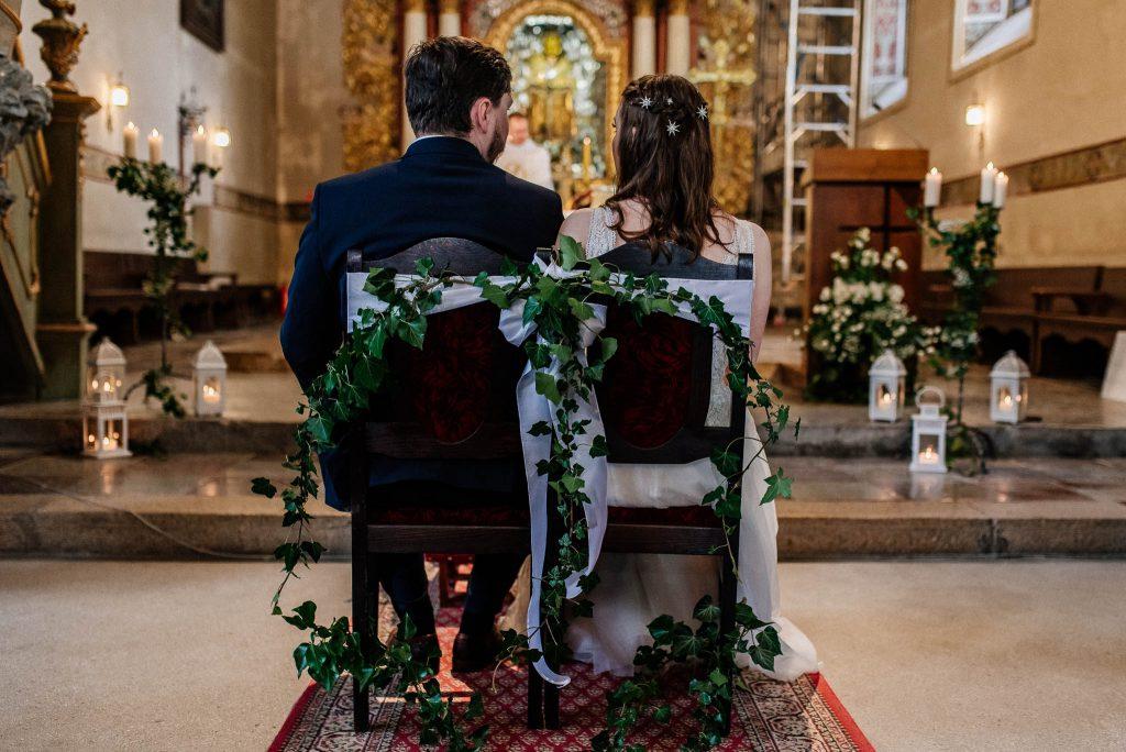 Para Młoda siedzie na krzesłach przed ołtarzem w Sanktuarium w lubiszewie tczewskim