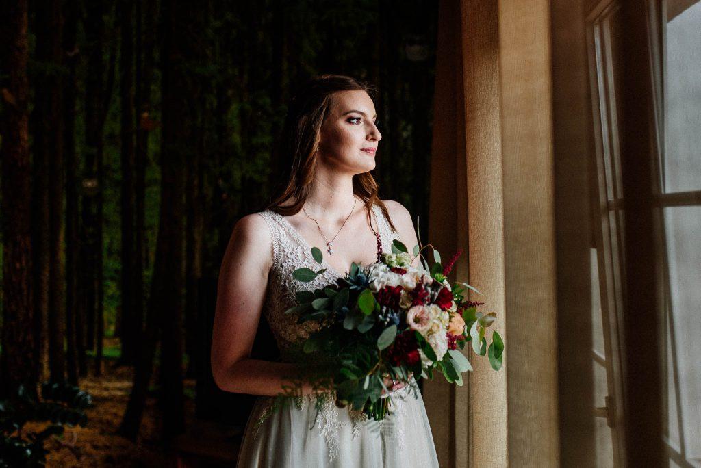 Portret Panny Młodej z kwiatami