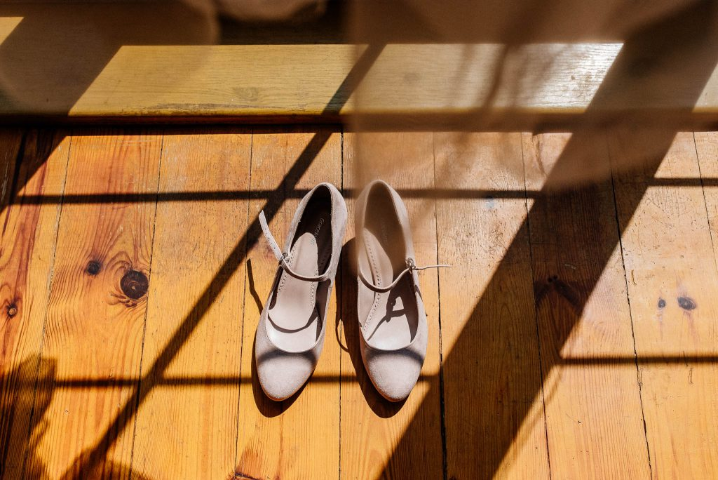 Buty Pani Młodej na drewnianej podłodze