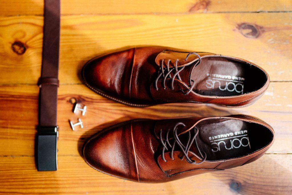 Buty Pana Młodego na drewnianej podłodze