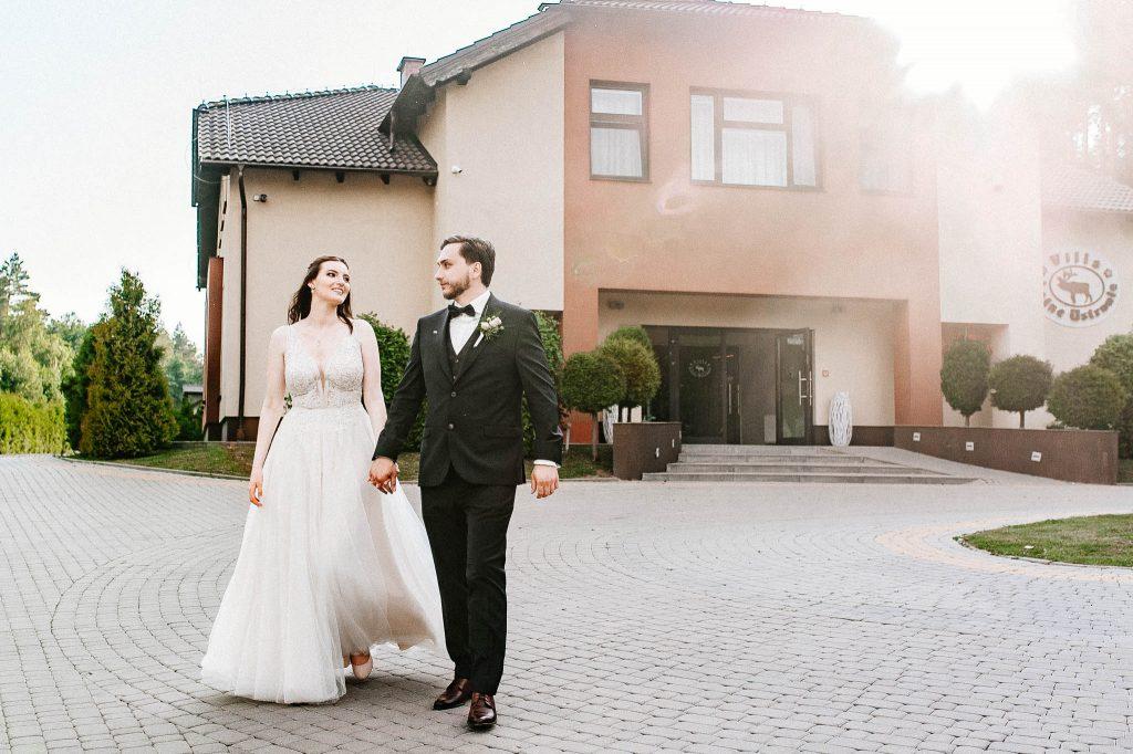 Para Młoda w dniu ślubu przed Villa Leśne Ustronie