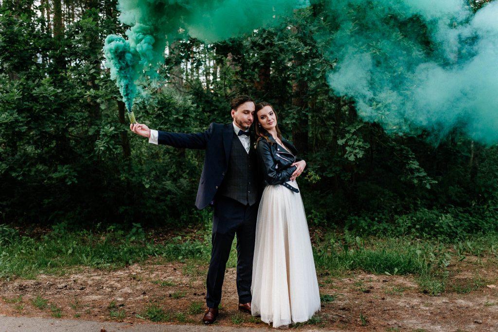 Zdjęcie pary młodej ze świecą dymną w lesie przy Villa Leśne Ustronie