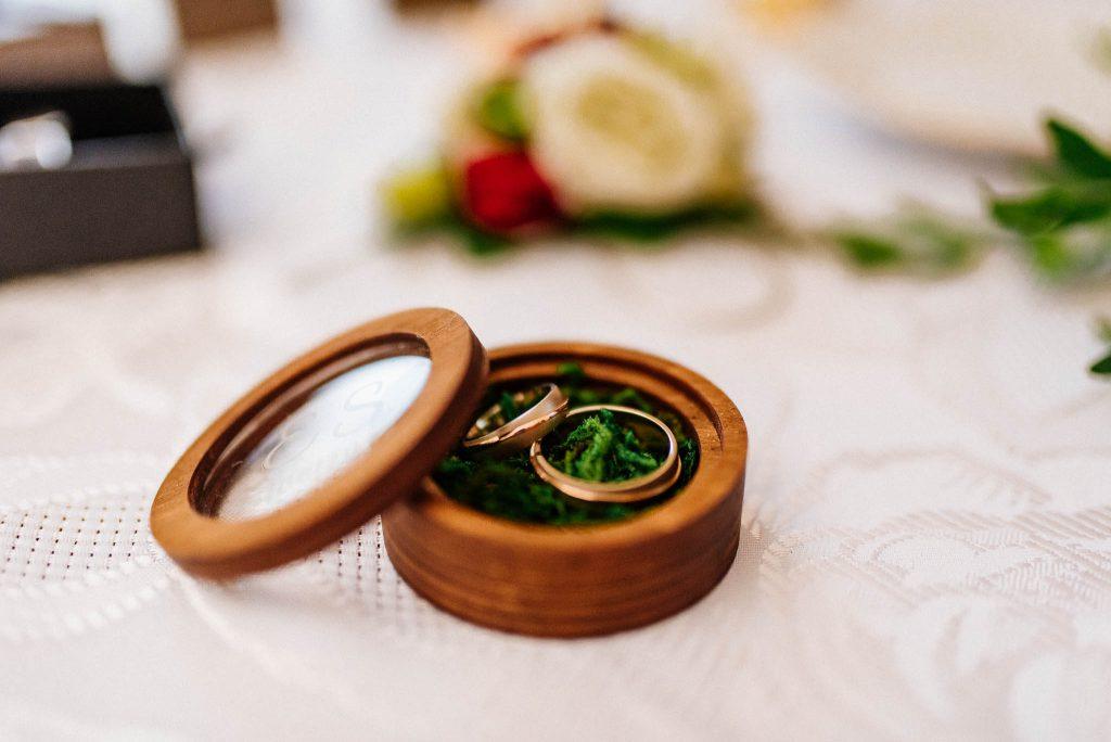 Obrączki ślubne w drewnanym pudełku