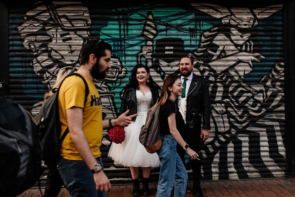 Para młoda podczas sesji ślubnej w mieście