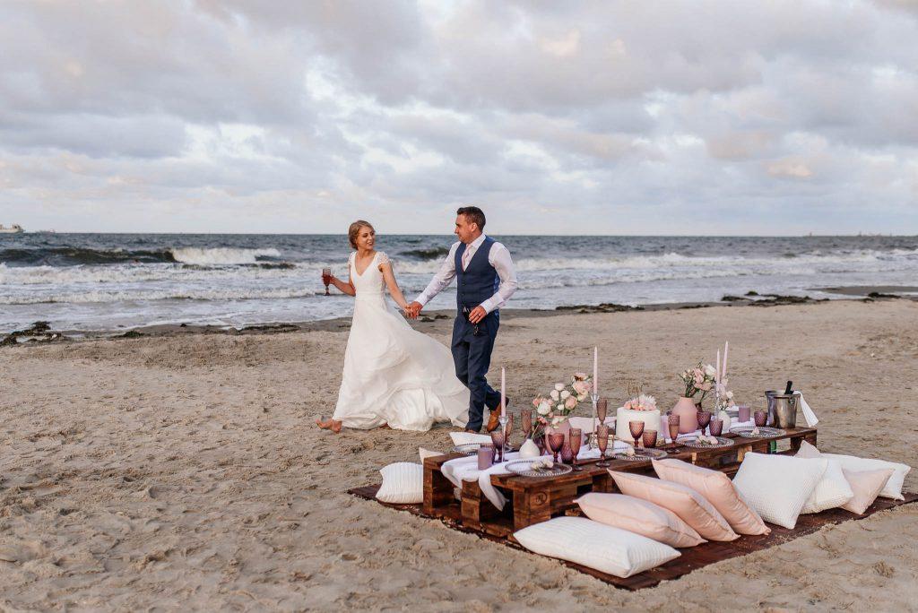 Para młoda pozuje dla fotografa ślubnego w Sopocie