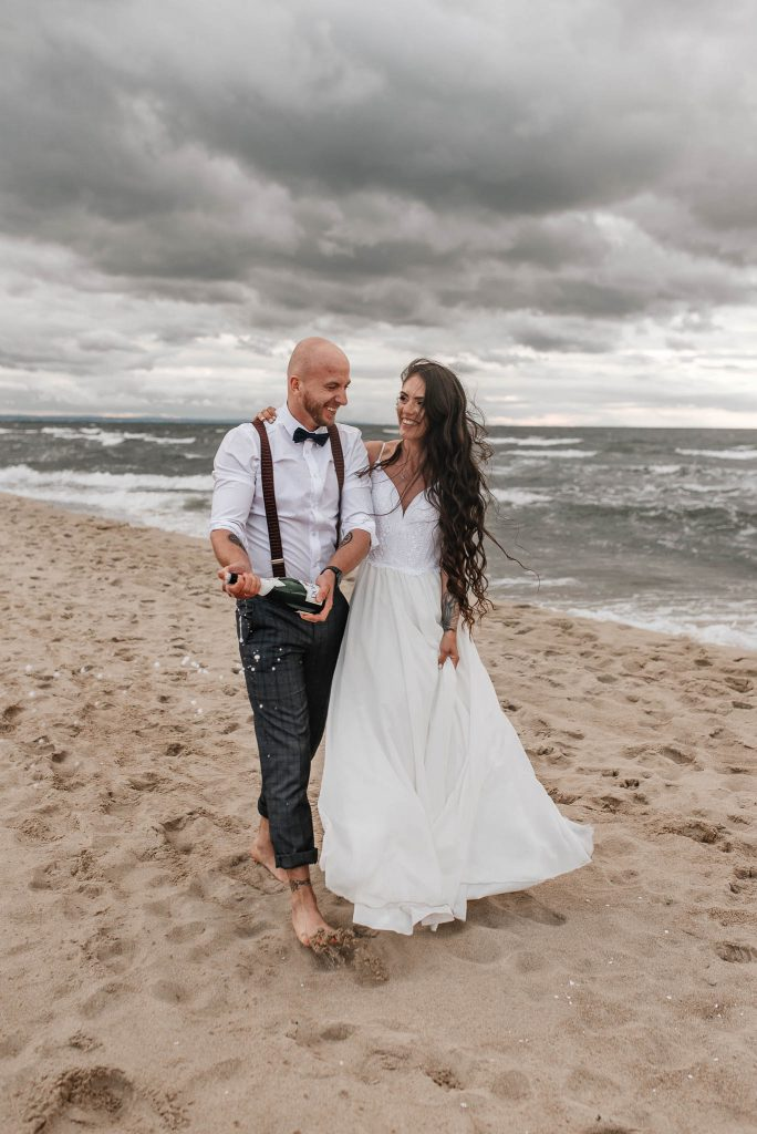 Fotografia ślubna w Sopocie z parą młodą na plaży