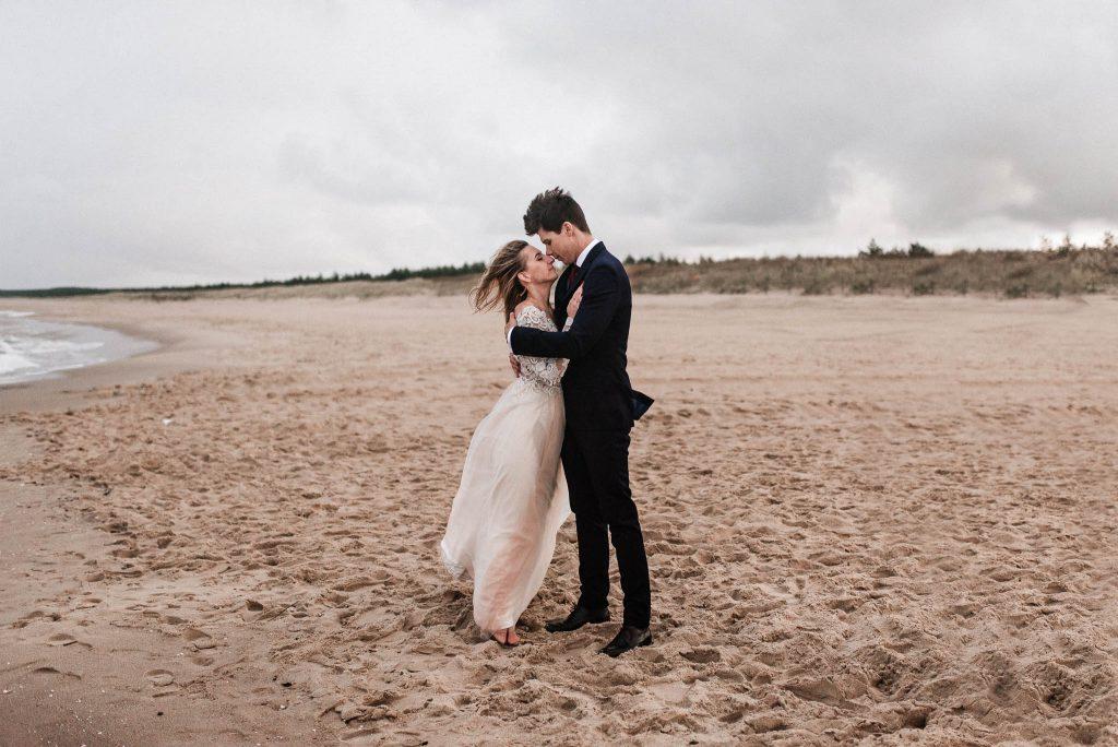 Sesja zdjęciowa ślubna nad morzem na plaży