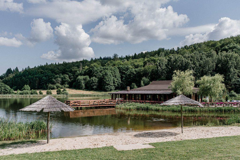 Sala weselna Wodny Śwat w Ostrzycach na wuspie na jeziorze