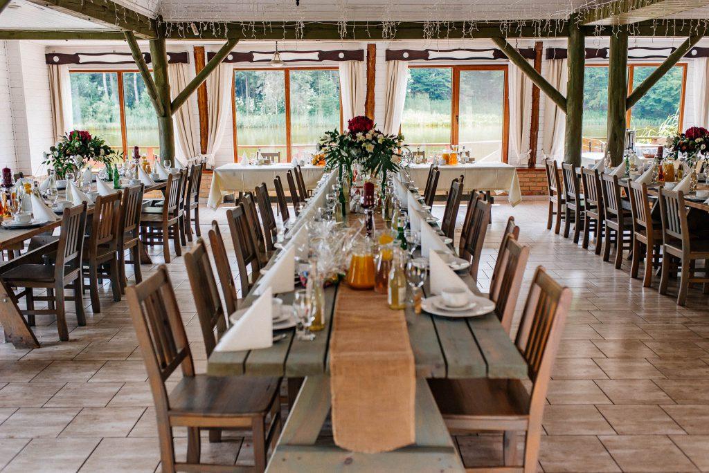 Stół nakryty na wesele w sali Wodny Świat Ostrzyce
