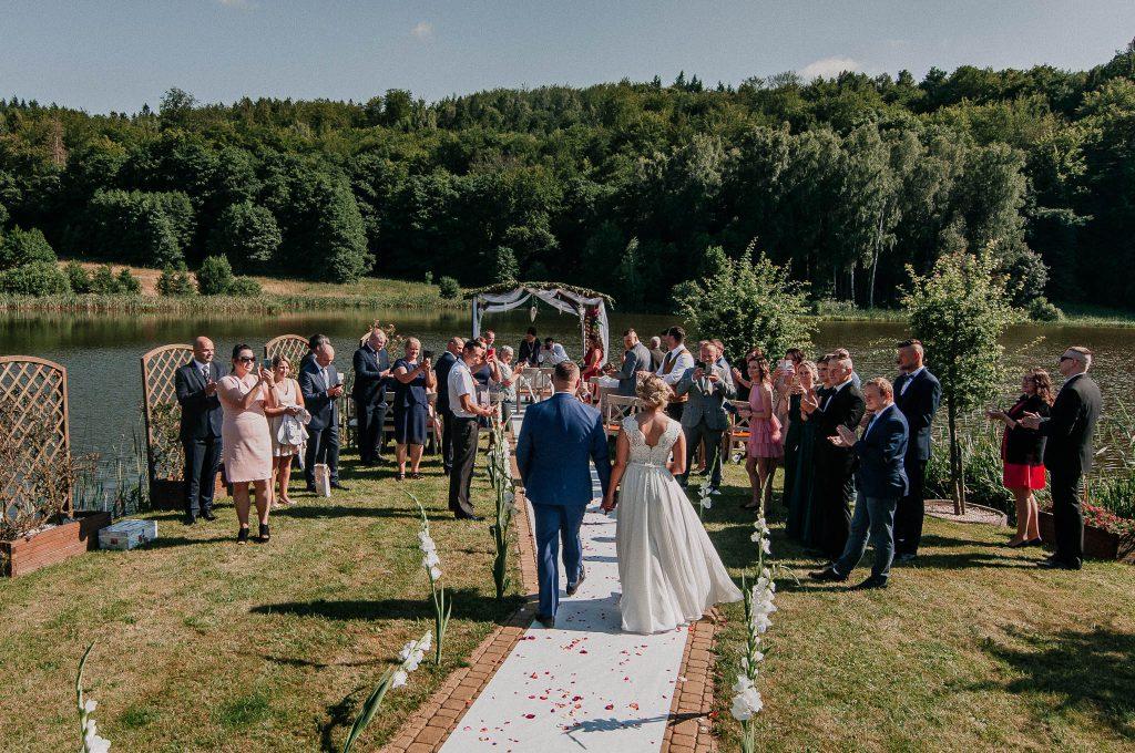 Plenerowa ceremonia ślubna na Wyspie Ślubów w Wodny Świat Ostrzyce