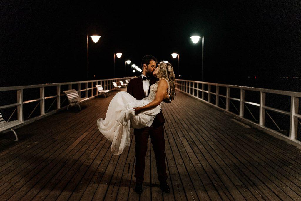 Fotografia ślubna z nowożeńcami na molo w Sopocie