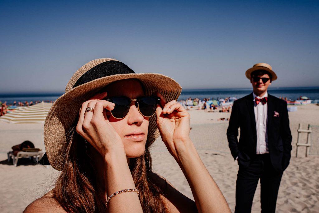 Para młoda na fotografii ślubnej na plaży w Sopocie